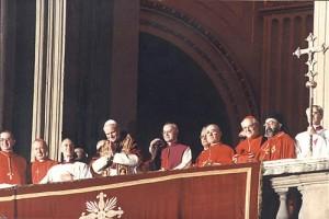 Il nuovo pontefice Giovanni Paolo II si affaccia alla loggia il giorno della sua elezione
